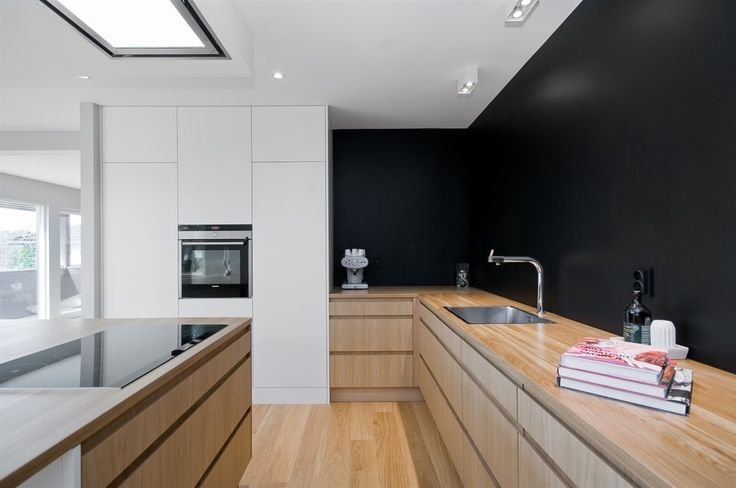 Fint kjøkken med smart øy og løsning. Avtrekksviften over stekeplaten er også lekker.