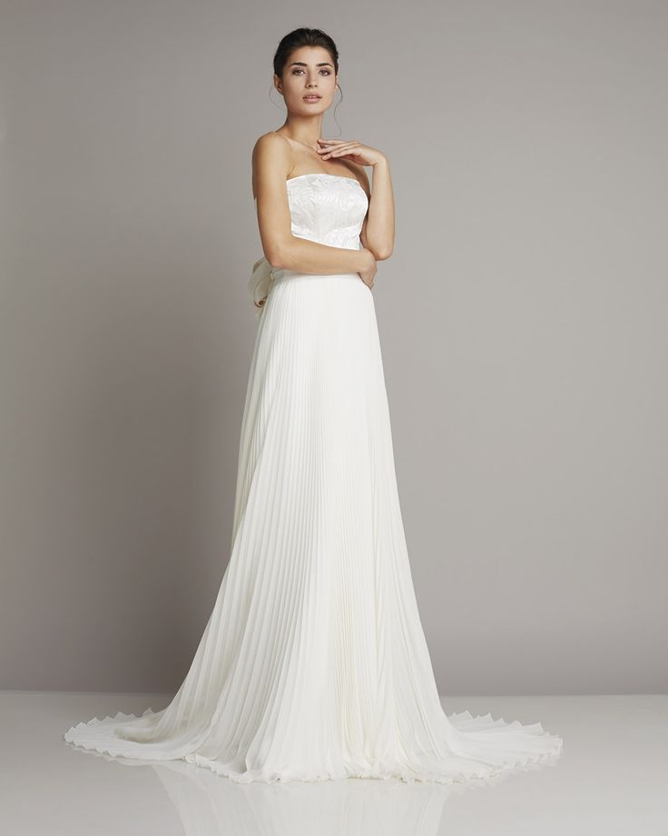 Slim strapless wedding dress in silk with large bow-laid on the back and pleated skirt by Giuseppe Papini