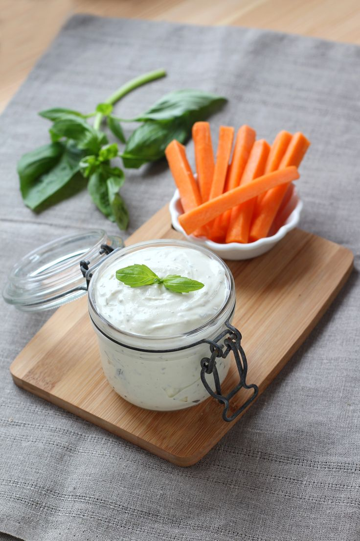 Un délicieux dip de ricotta et basilic pour y tremper des carottes et autres légumes à l'apéritif.