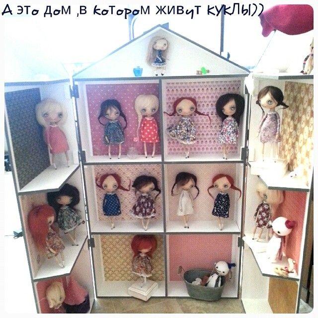 Оксана Дадиани Это мой кукольный домик для путешествий на ярмарки !) В этом домике и живут мои куколкии !!)) фотография старая ,куклеши эти давно живут каждая в своем новом доме ))) Видимо эта неделя в ИГ будет домичная у меня ))) ♥Всем привет и легкого понедельника )))♥