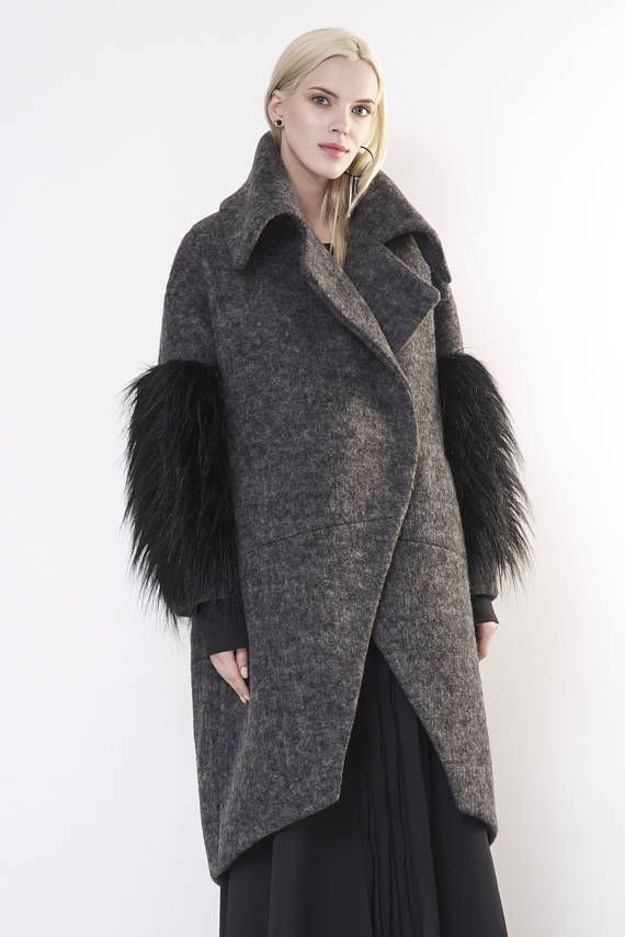Woman wool coat / Winter coat / Wool coat woman / Grey wool coat / Woman coat / Coat with fake fur / Fake fur coat / zero waste Grey woollen coat has an oversize silhouette through the body , crafted in a heavy and thick high quality wool fabric. The coat has a unique cut , features big