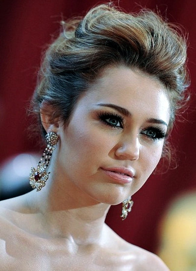 Google Image Result for http://fashionstorez.com/wp-content/uploads/2011/08/Miley_Cyrus_Hair_Style_7.preview.jpg