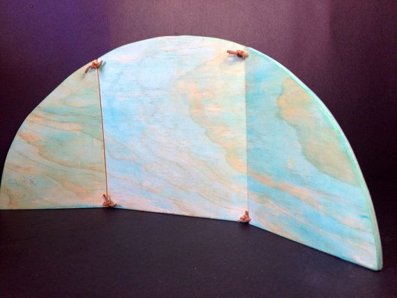 Eine schöne hölzerne Regenbogen Kulisse für Ihre Natur-Tabelle anzeigen jeder Zeit des Jahres. Mit weichen Aquarelle gewaschen und mit Stränge der Baumwollkordel verbunden, kann es als eine Frühjahr/Sommer-Kulisse dann einfach umgedreht, um ein kühles Blau Winter oder Weihnachten Anzeige zu markieren. Seiten unterheben für einfache Lagerung bei Nichtgebrauch. Misst ungefähr 40cm lang und 18cm hoch. Folkwood Holzspielzeug sind mit größter Sorgfalt und Überlegung für Ihr Kind erstell...