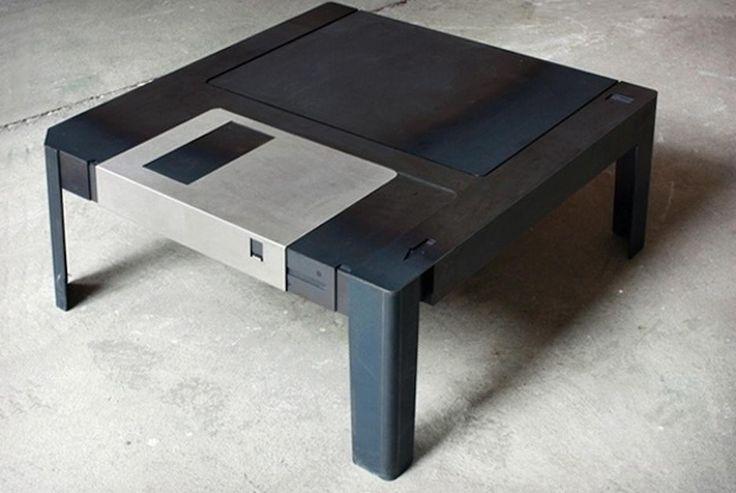 Un 'floppy disc' en la sala / Quizás esta sea una mesa de sala que podría pasar desapercibida para las nuevas generaciones. Pero representa de manera fidedigna a un floppy disc o diskette, de los que se empleaban en los años 90 para guardar archivos y transportarlos. Inclusive, al deslizar la pieza de metal, como en los floppy discs originales, queda expuesto un espacio para guardar objetos. Aquí puedes verla en detalle.