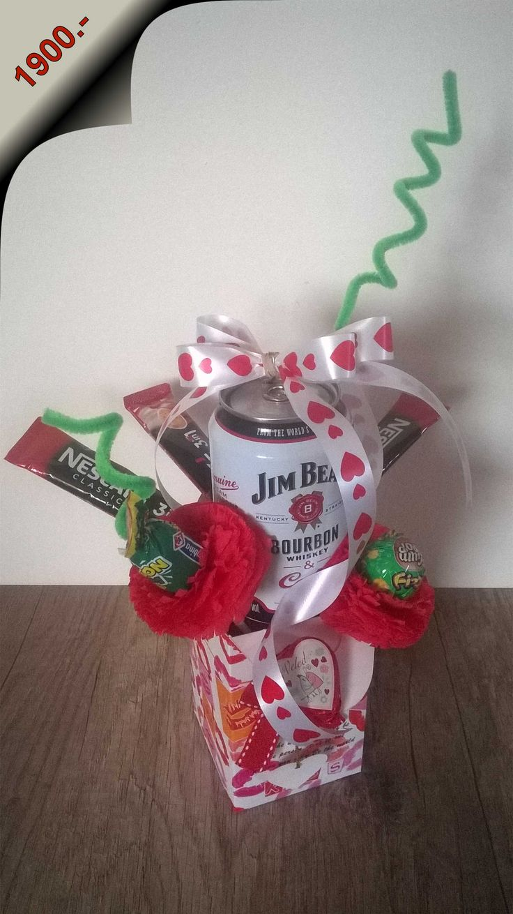 Ajándék doboz Jim Beam Cola-0,33 Jim Beam Cola, kapuccino porokkal, kézzel készített rózsákba csomagolt nyalókákkal, Jó Veled feliratú szív csokival