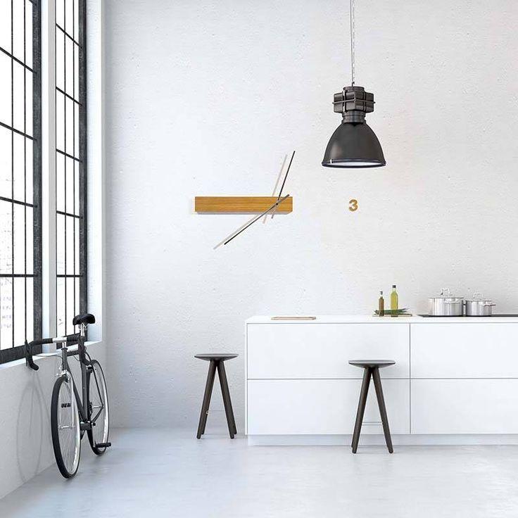 Tothora design wandklok 'Track' heeft een minimalistisch design. Heb jij een modern interieur en ben je opzoek naar een wandklok? Kijk dan eens op wilhelminadesigns.com/nl/klokken.