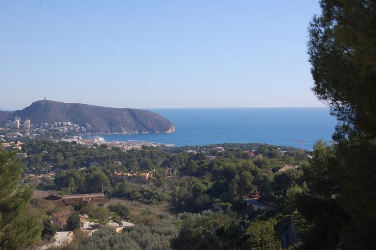 http://www.montesinosestate.com/en/property/T0167 Montesinos Falcon Real Estate presents this plot with sweeping views towards the sea and the Cap d'Or Moraira, Costa Blanca. It has an area of 1250 m2 on a flat plot. Ideal to build your dream home. For more information please contact to the office Montesinos Falcon Real Estate.