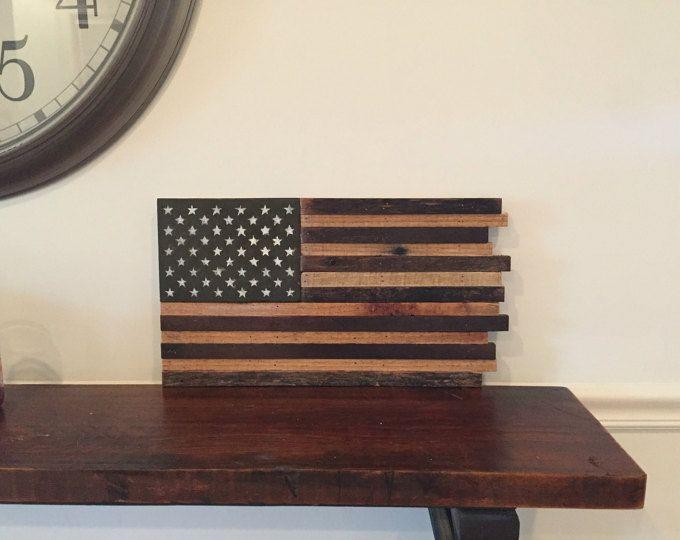 Ce drapeau américain rustique a été construit à l'aide de bois de palettes récupérées je main soigneusement choisi. J'ai peint à la main 50 étoiles avec de la peinture blanc antique. J'ai appliquer une couche de polyuréthane pour la protection. La seule photographiée mesure 38 x 25 de large.  Preuve pour une utilisation en extérieur de temps! Matériel de montage bague D installé!  Si vous avez besoin d'une taille personnalisée n'hésitez pas à appeler, le texte ou le msg via etsy…