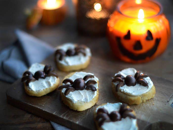 """Den 31 oktober firar vi halloween, skräckhögtiden som är ett tydligt avslut på hösten och en slags start av Allhelgonahelgen som vi firar första helgen i november. Förutom läskiga masker, """"bus eller godis"""", pumpor och  tända ljus så förknippas halloween med mat.Eftersom det är barnens högtid så finns det massor av roligt att hitta på. Här är sex enkla och semi-läskiga tips att duka fram på halloweenpartyt."""