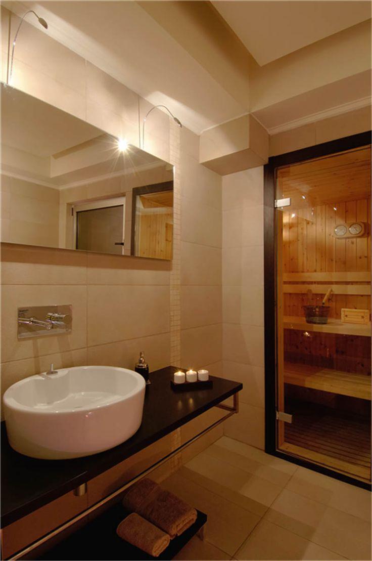 Έπιπλο νιπτήρα μπάνιου από δρυ σε χρώμα wenge, μπάρα κρέμασης πετσετών και επιδαπέδια βοηθητική βάση.