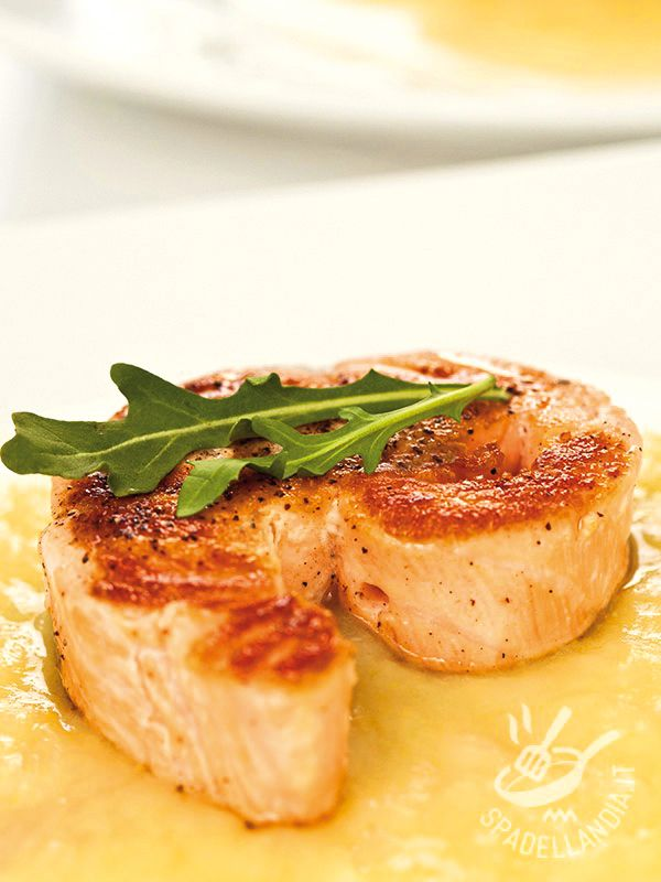 Il Salmone con salsa alla senape è un piatto molto versatile che, all'occorrenza può diventare una pietanza raffinata, da servire a una cena elegante.