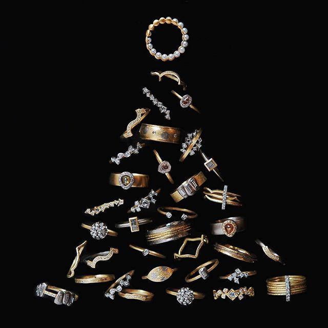 . もうすぐクリスマス🎄 . ギクラの指輪でクリスマスツリーを作ってみました。 . . . バーニーズニューヨーク横浜店は25日まで、 通常より多くのラインナップをご覧いただけます。 24日は店頭におりますので、 お出かけの際はぜひお立ちよりください♪ . . #GICLAT #ギクラ #指輪 #リング #ジュエリー #ダイヤモンドリング #横浜 #バーニーズユーヨーク横浜 #バーニーズニューヨーク #BARNEYSNEWYORKYOKOHAMA #BARNEYSNEWYORK  #yokohama #jewelry #accsessories #diamondring #ring #finejewelry #showmeyourrings #jewelryaddict #christmas #christmastree #🎄#xmas #jewelrytree