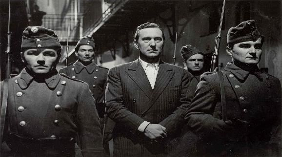 Különös ismertetőjel (Várkonyi Zoltán, 1955), középen Bessenyei Ferenc