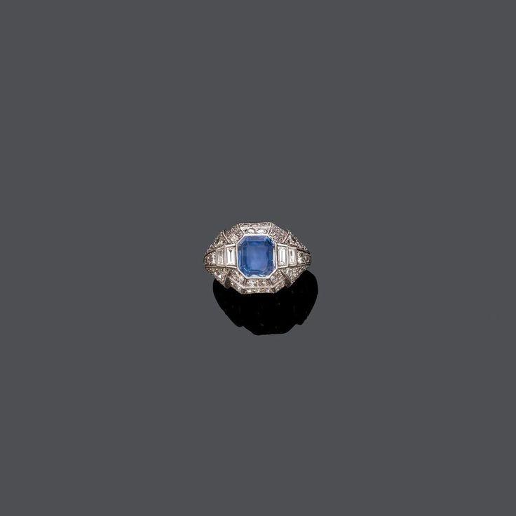 SAPHIR-DIAMANT-RING, um 1930.Platin.Dekorativer Ring, die leicht gewölbte, geometrisch durchbrochen