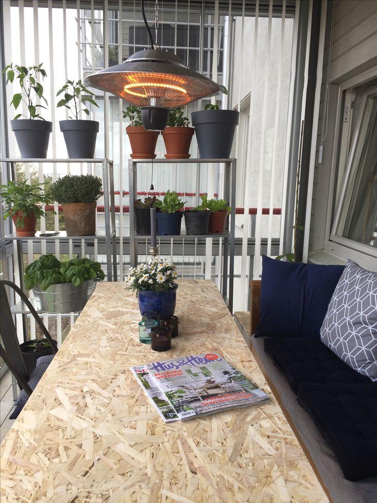 Matdelen av vår balkong med kökssoffa, odlingshyllor och egenbygd bänkskiva i väntan på klinkerplattor från Marrakech Design.