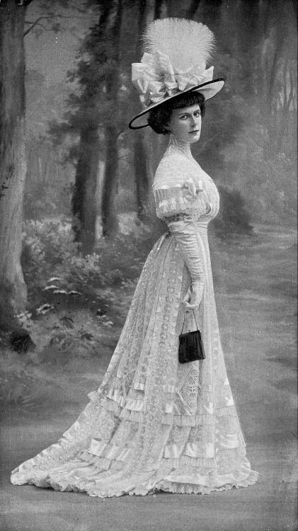 Dress for the races, photo by De Guy, Les Modes August 1907.