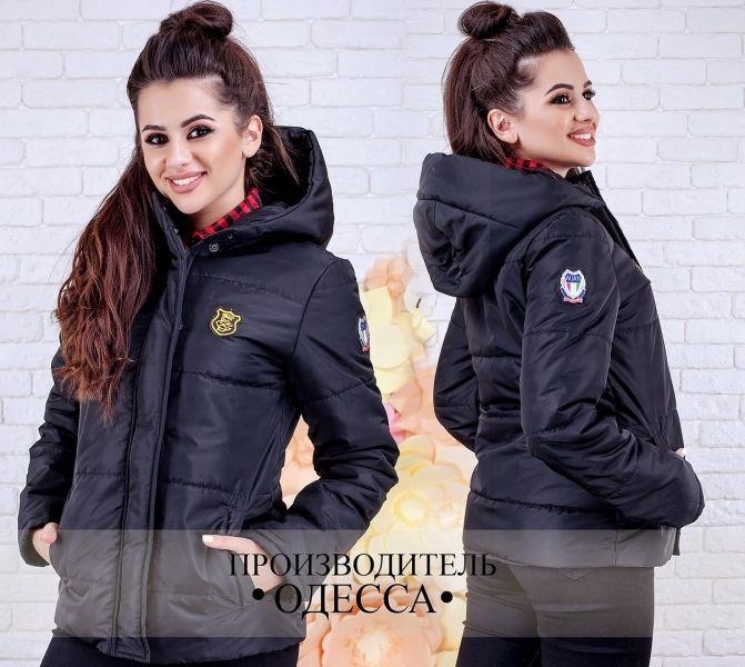 Однотонная женская куртка на синтепоне с капюшоном на молнии и кнопках черная