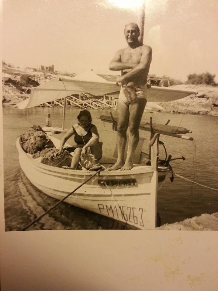 """Llaut d'en """"Roquetes"""" es Santo del Mar a bordo metge moro i sra. Anys 65-70"""