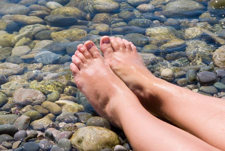 Una repaso a los 13 principales problemas de los pies así como algunos cuidados saludables para mantener los pies sanos y bonitos. #alimentatubienestar