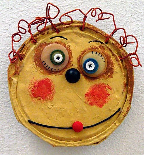 charmants portraits avec des couvercles ou boîtes métalliques écrasées, plein de modèles rigolos et colorés, idée utilisable en classe avec des assiettes en carton ....
