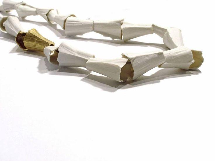 """Paula Estrada - """"embudos"""" - Collar Trayectos de Locura - Porcelana y plata y plata con baño en oro"""