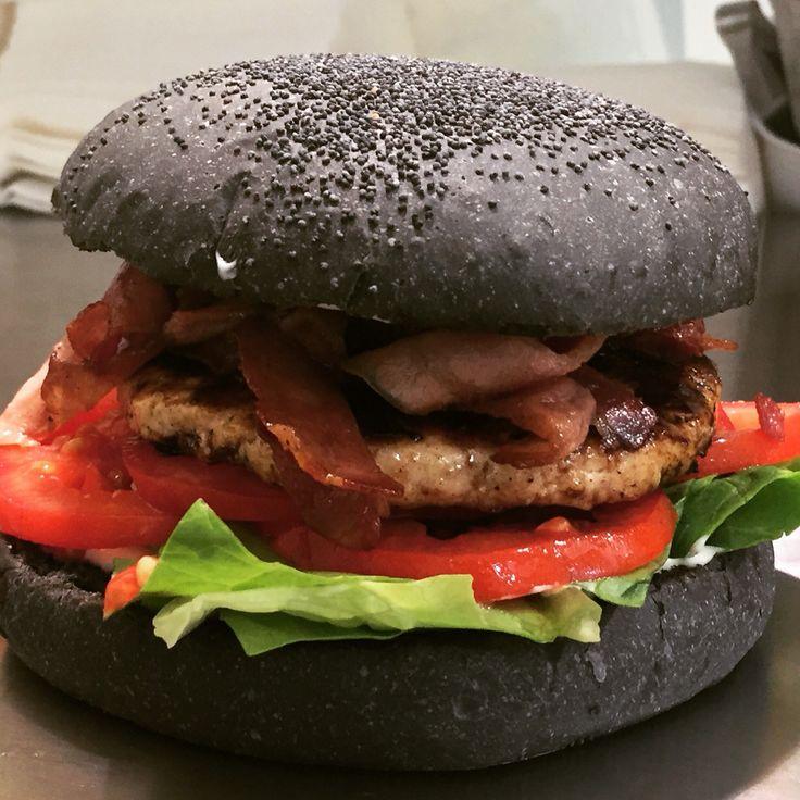 Panino Artigianale al Carbone Vegetale con Hamburger di Pollo farcito con Bacon.