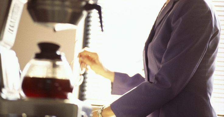"""Intrucciones para la función """"Delay Brew"""" de la cafetera Mr. Coffee . La cafetera programable Mr. Coffee tiene una función llamada """"Delay Brew"""" (preparación demorada) que les permite a los usuarios programar el aparato para que prepare el café en un momento posterior dentro de un período de 24 horas. Esta es una característica útil para las personas que, por ejemplo, no tienen tiempo para preparar el café y esperar ..."""