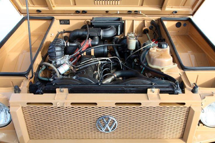 VW Iltis Motorinspektion: Im Motorraum unter der vorderen Haube sitzt ein...