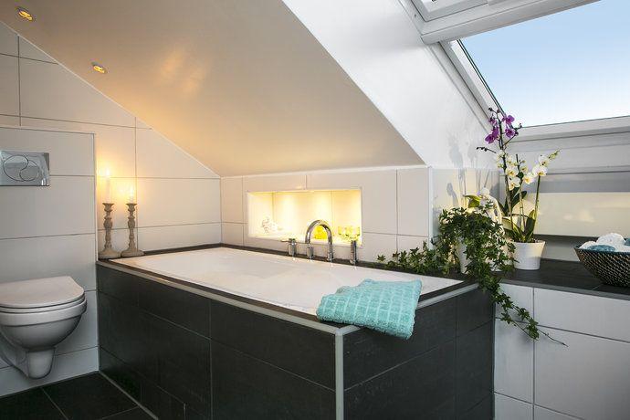 badkar i badrum med snedtak