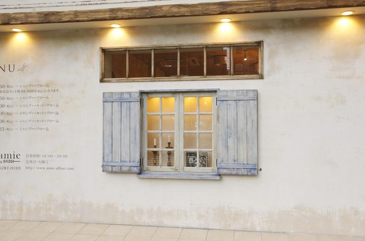 【amie by afloat 外装】南フランス風のサロン。窓のブルーがポイントです。