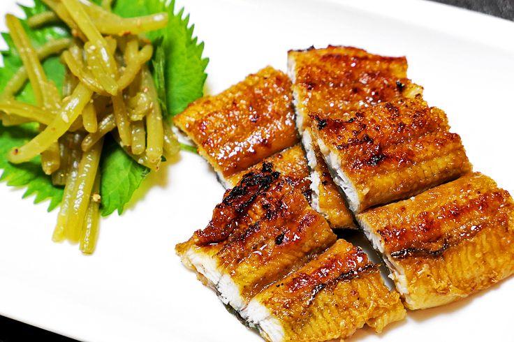 2017年7月25日(火)こんにちは。「7月25日は土用の丑」。暑い時期を乗り切るために栄養価の高いウナギを食べる日。ニホンウナギの稚魚、シラスウナギの漁が好調だったことから、例年より取引価格は低めで推移しているそうです。我が家は、加古川駅前カピル21の地下食料品売場「魚光」さんで注文。老舗の魚屋さんがじっくり焼き上げる蒲焼きは特別。美味しくいただきました。今年は「二の丑」がある年。次は8月6日です。原点に立ち返ると「う」が付く食べ物なら何でもよかったとされている丑の日。栄養価の高いものを食することが当たり前になった現代において、夏バテになることは考えにくく、それこそ何でもいいという考え方もできるとのこと。梅干し、うどん、ウニ、牛、ウインナー...etc 考えてみると色々と出てきますね(^^  それでは、今日も皆様にとって良い1日になりますように☆ 【加古川・藤井質店】http://www.pawn-fujii.jp/