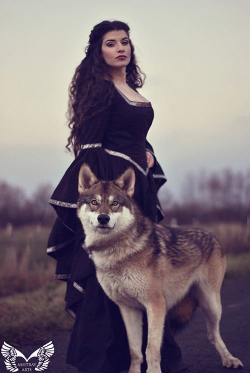"""(Eingestellt von) La Esmeralda (She is a German model and blog writer) Her comment on the photo: """" Winter is coming! It was so much fun to shoot with wolfdog Lobo."""""""