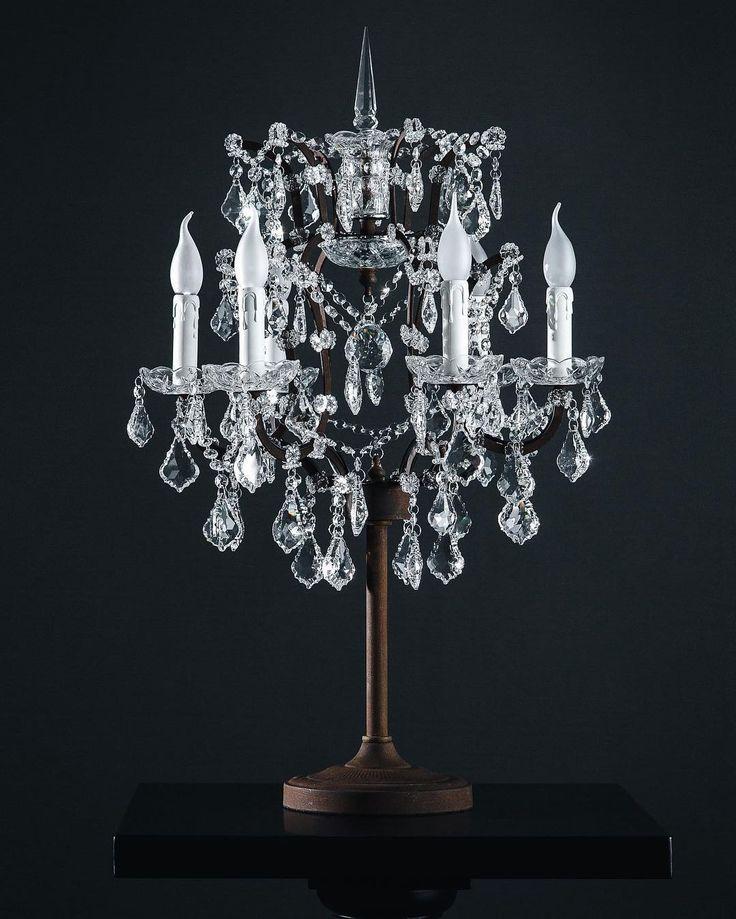 Присутствие уникальной настольной лампы MSF6009-6T украсит собой любую комнату. Основание, выполненное из состаренного металла, надёжно и устойчиво. Свет шести ламп-свечей, отражённый в гранёных подвесках, создаст атмосферу уюта и праздника в доме, а лёгкое движение и нежный перезвон стеклянных подвесок подарят романтическое настроение 💫