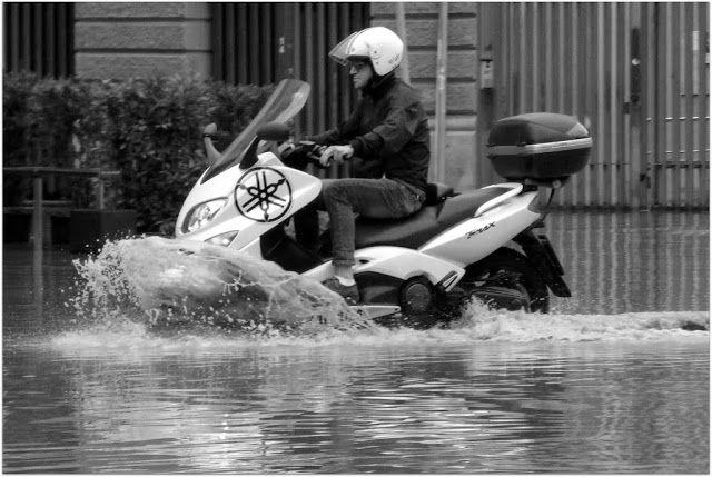 Milano, Piazza Tito Minniti, 8 luglio 2016. Moto d'acqua