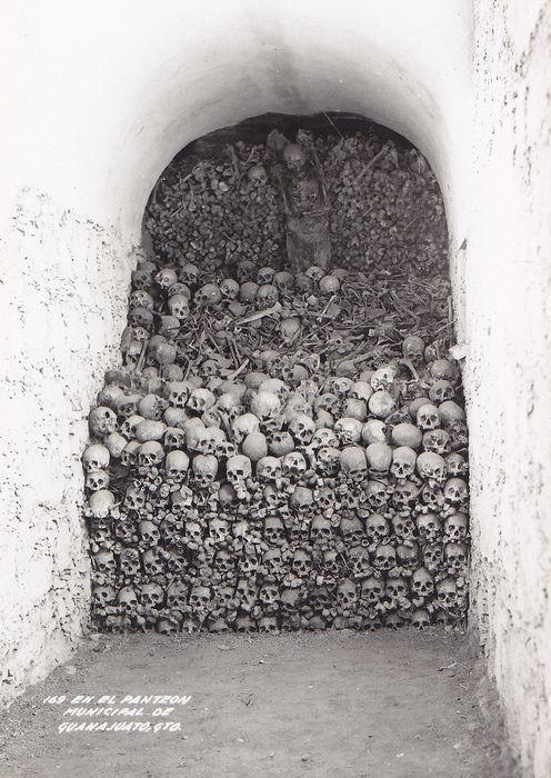Panteón municipal de Guanajuato,todos los cráneos son de mineros que murieron aplastados en las minas de de plata y oro. Durante todo el Siglo XVIII y Parte del XIX.