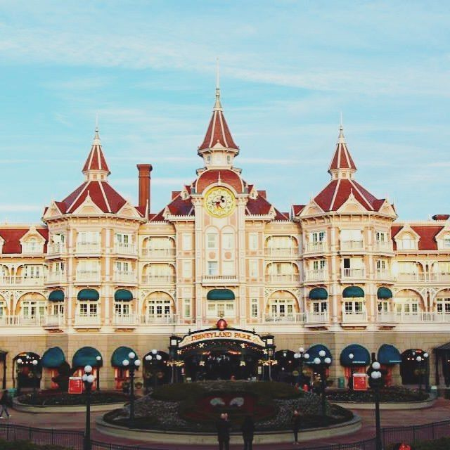 We stayed a the Disneyland Hotel and it was magical! 🙏🙌 Check out the review on the blog!