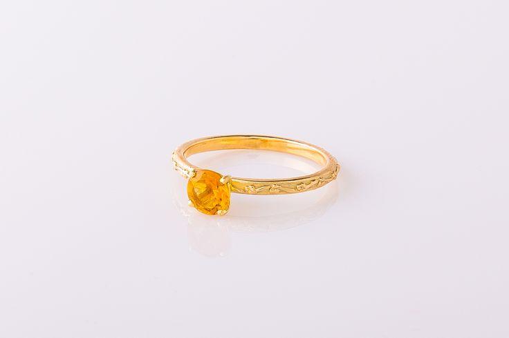 Geelgouden ring met takjesmotief, natuurlijke bewerking. Voorzien van citrien in vierpootchaton. #TakjesCollectie