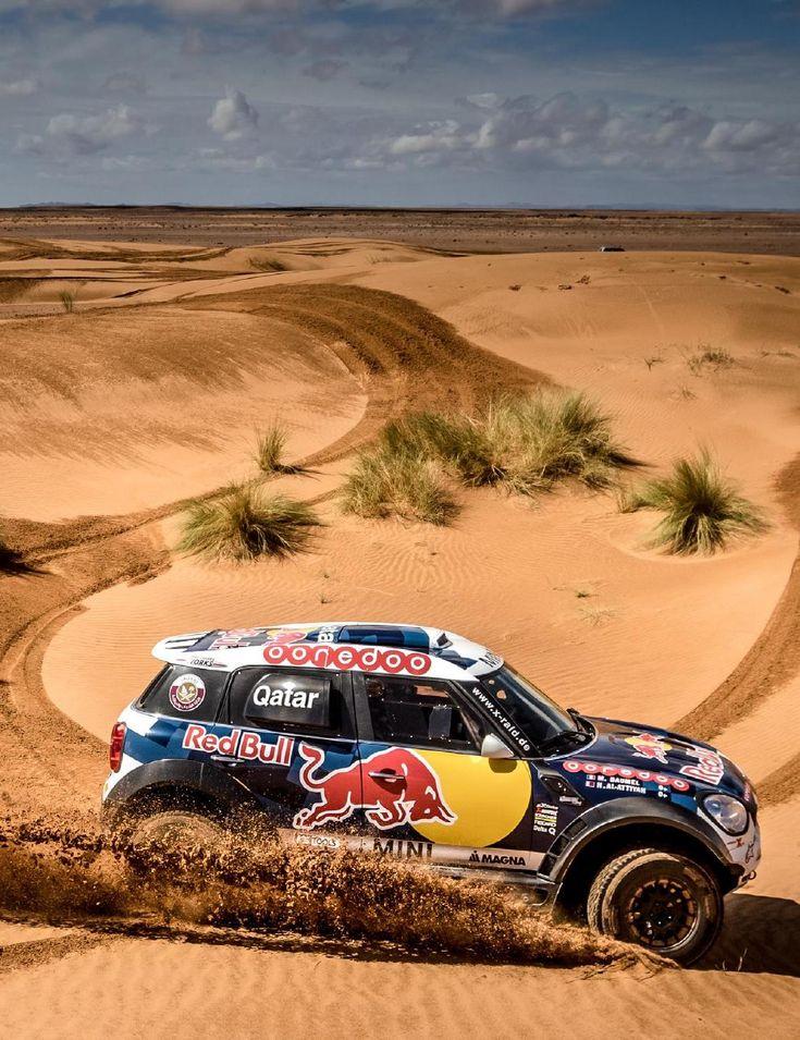 esta es una foto de un coche en el desierto . Este coche tiene un símbolo de un toro en él . Esta se encuentra en Argentina .