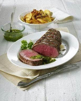 Das Rezept für Rinderfiletbraten mit Salsa verde und Röstkartoffeln und weitere kostenlose Rezepte auf LECKER.de