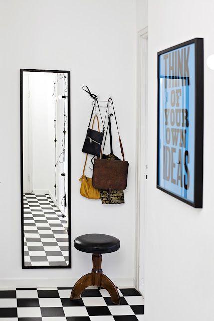 purse wall hook ---------  Hall i svart-vitt med retroinslag.