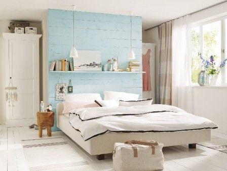 Frische Farben und clevere Einrichtungsideen lassen Urlaubsstimmung in diesem Schlafzimmer aufkommen. Raffiniert: Hinter dem Raumteiler verbirgt sich ein begehbarer Kleiderschrank.