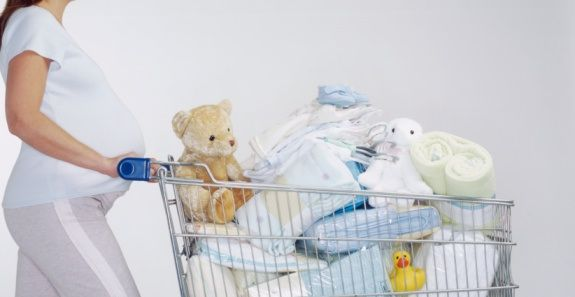 Lista con las prendas y cantidades de ropa de recién nacido que necesitas tener. Puedes imprimir esta tabla y llevarla de compras para que puedas ahorrar y asegurarte de tener todo lo indispensable para la llegada de tu bebé.