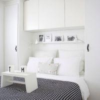 Не забывайте использовать не только горизонтальное, но и вертикальное пространство комнаты. В маленьком помещении будут отлично смотреться открытые стеллажи для книг и различных безделушек. Также дополнительные полки можно подвесить непосредственно над изголовьем кровати или над рабочим столом, если таковой имеется.  6. Подиум в спальне
