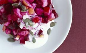 Rødbedesalat med tykmælksdressing Superflot og meget dejlig rødbedesalat med æbler og ristede græskarkerner. Serveres lun.