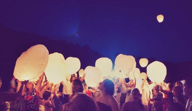 Vous connaissez peut-être cette tradition d'Asie de Sud qui veut qu'à certaines occasions, on lance dans le ciel ces lanternes de papier qui volent, dit-on, jusqu'aux oreilles des dieux pour transporter jusqu'à eux nos vœux les plus chers.Je viens seulement de découvrir que l'on peut trouver très aisément ces lanternes volantes en France, notamment sur le site Lucky Balloon Company