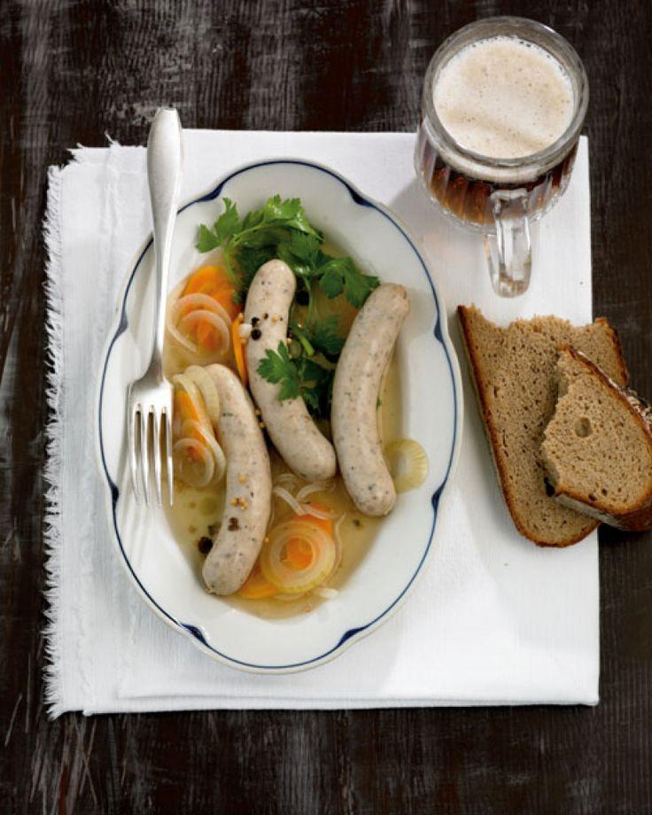 Fränkische Saure Zipfel - ein Gedicht im Sommer ((Bayern))   Möglichst rohe Bratwurst wird in einem Sud aus Wasser, Essig, Zucker, Salz, Zwiebel, Möhre und einer Wacholderbeere pro Wurst 10 Minuten gegart. Am besten zu gutem Brot und kühlen Bier genießen.