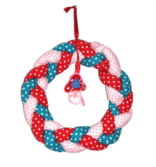 Heute zeige ich Euch wieder ne schöne Idee die ich aus einem anderen Blog gemopst habe.   Silvi hat gezeigt wie sie Ihren Weihnachtstürkranz...