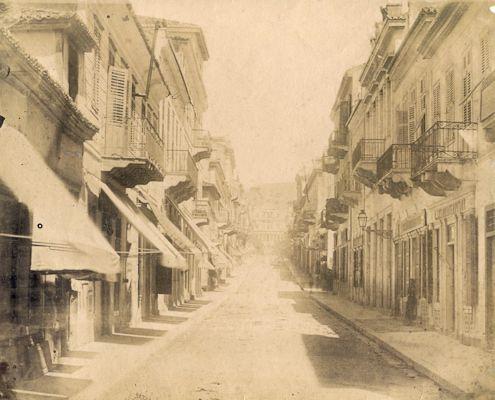 Οδός Ερμού με κατεύθυνση προς το Σύνταγμα. Μετά τη διάνοιξη και διαρρύθμισή της, το 1835, γέμισε καταστήματα κυρίως γυναικείων ειδών (1890)