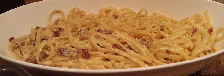 Samen met onze vriend (en chef van Brasserie de Houtrib) Erik maakte ik twee heerlijke Italiaanse gerechten. Het recept van de Melanzana Parmigiano staat deze week in Lelystad deze Week: de krant waarin ik een eigen rubriek heb. Bij de aubergineschotel maakten we een originele spaghetti carbonara met, zoals het een echt Italiaans gerecht betaamd, alleen de beste ingrediënten. Het spek dat we gebruikten komt van Livar dat staat voor 'Limburgs varken.' Ik ben niet zo'n varkensvlees fan, maar…