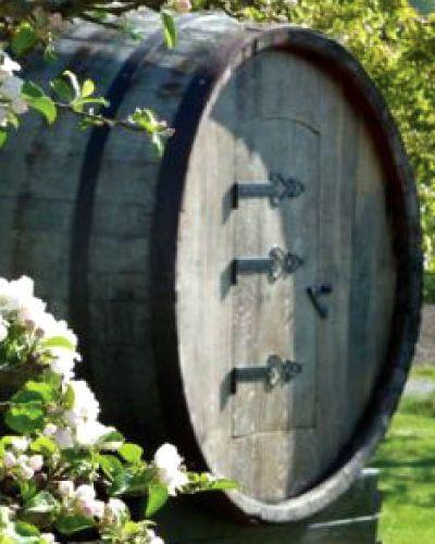 Norsk vingårdopplevelse gir paret en overnatting i en ekte tønne! Vinsmaking med tapas gjør dette til en berusende vinopplevelse i frodige omgivelser, en flott gave til brudeparet.